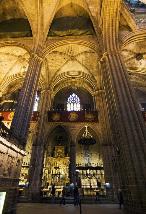 Vista transversal parte trasera del interior de la for Catedral de barcelona interior