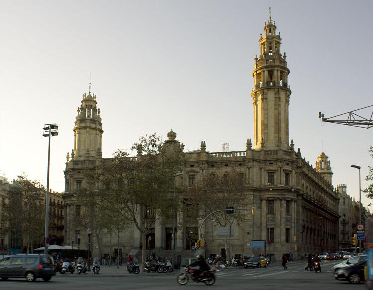 Edificio de correos en barcelona en el distrito de ciutat for Oficina de correos barcelona