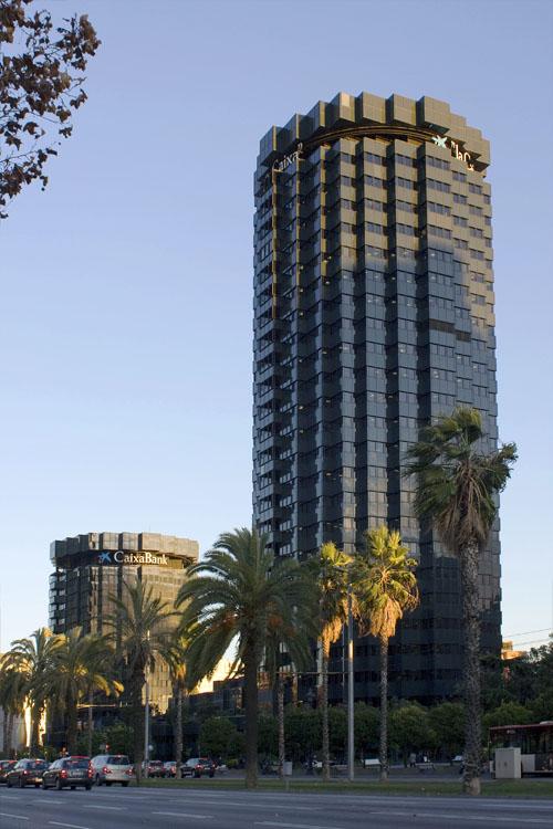 torres de la caixa en la avenida diagonal de barcelona