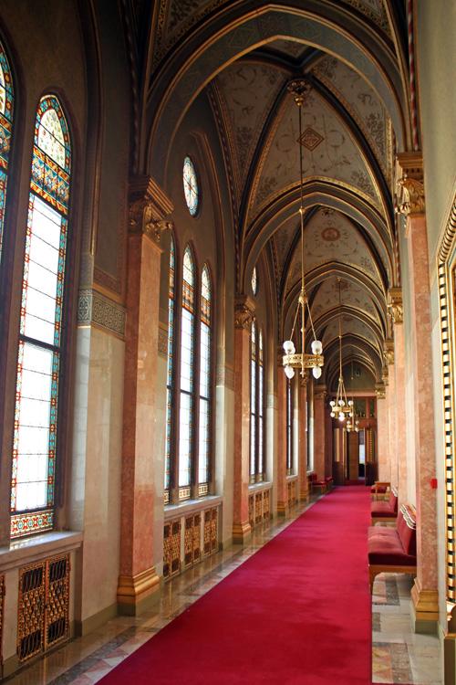 Un pasillo en el parlamento de budapest - Colocar cuadros en el pasillo ...
