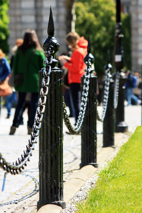 Postes y cadenas de hierro en los jardines del trinity for Cadena de hierro