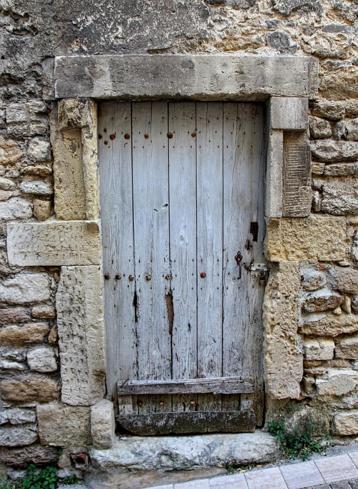 Dinteles de piedra en una puerta antigua de madera grignan - Dinteles de madera ...