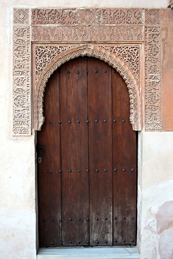 Alhambra puerta de madera en uno de los patios - Puertas para porches ...