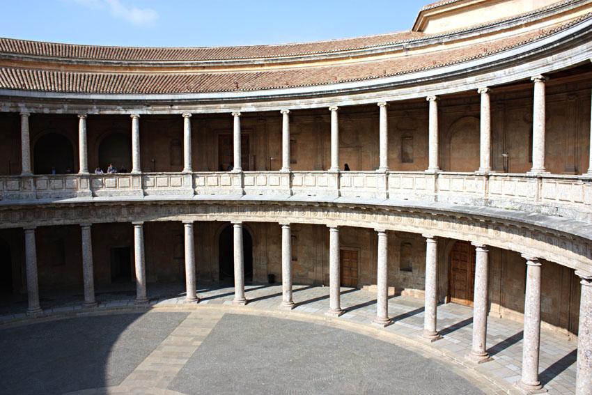 Alhambra. Patio circular del palacio de Carlos V