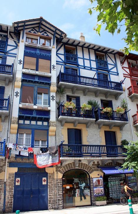 Casas de colores vivos en hondarribia madera pintada y cal - Casas de madera pintadas ...